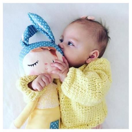 Handrová bábika Metoo s uškami v žltých šatičkách, 42cm